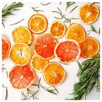 🇫🇷Les agrumes : Parmi les citrus les plus connus, on trouve le citron, l'orange, l'orange sanguine, le bigaradier et la clémentine… . Les agrumes sont une très grande famille et reconnus pour leurs notes fraîches et acidulées. Ils sont des incontournables de la parfumerie. 🍋  🇬🇧Citrus fruits: Among the best known citrus fruits are lemons, oranges, blood oranges, sour oranges and clementines... . Citrus fruits are a very large family and are known for their fresh and tangy notes. They are a must in perfumery. 🍋 #agrumes #parfum #madeinfrance #fragrance #odeur #orange #pamplemousse #parfumerie #homedecor #decorationinterieur #candle #bougie #fruits #citrus #perfumery #lemon